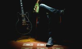 Mann und seine E-Gitarre lizenzfreie stockfotos