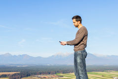 Mann und Smartphone Stockbilder