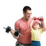Mann und Sohn, die Übung mit Dumpglocken tun Stockbilder