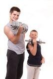 Mann und Sohn trainieren an der Gymnastik Stockbilder