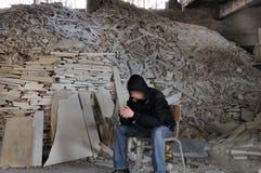 Mann und Stapel des unterbrochenen Marmors Stockbild