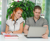 Mann und Studentinnen Stockfoto