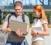 Mann und Studentinnen Lizenzfreies Stockbild