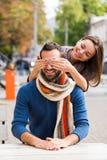 Mann und trinkender Tee oder Kaffee der Frau Picknick Getränk warm im kühlen Wetter Glückliches Paar mit Kaffeetassen im Herbstpa lizenzfreie stockbilder