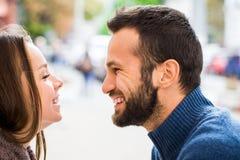 Mann und trinkender Tee oder Kaffee der Frau Picknick Getränk warm im kühlen Wetter Glückliches Paar mit Kaffeetassen im Herbstpa stockfotos