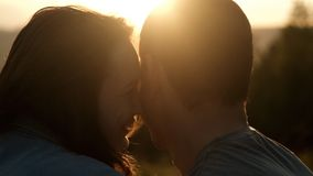 Mann und verliebte Frau bei Sonnenuntergang stock video footage