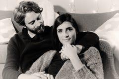 Mann und verliebte Frau zu Hause Schwarzweiss lizenzfreies stockfoto