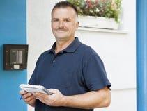 Mann und Wechselsprechanlage Stockbild