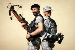 Mann und weibliche Militärpersonen Lizenzfreie Stockfotografie
