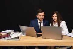 Mann und weibliche Teilhaber, die auf neuem Start zusammenarbeiten lizenzfreie stockfotos