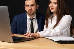 Mann und weibliche Teilhaber, die auf neuem Start zusammenarbeiten stockfotos