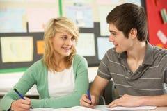 Mann und weibliches Jugendkursteilnehmer-Studieren Lizenzfreies Stockfoto