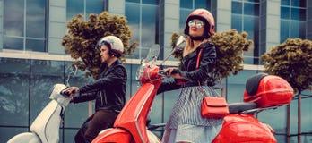 Mann und weibliches, Spaß auf moto Rollern habend Lizenzfreie Stockfotografie
