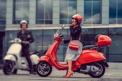 Mann und weibliches, Spaß auf moto Rollern habend Lizenzfreies Stockfoto