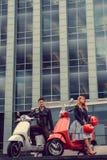 Mann und weibliches, Spaß auf moto Rollern habend Stockfotografie