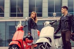 Mann und weibliches, Spaß auf moto Rollern habend Lizenzfreie Stockfotos