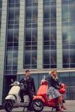 Mann und weibliches, Spaß auf moto Rollern habend Stockfoto