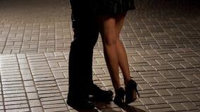 Mann und weibliches Tanzen und das Genießen des romantischen Datums, Abendzeit, Beine schließen oben stockfotos