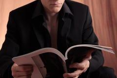 Mann und Zeitschrift Stockfoto