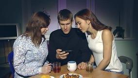 Mann und zwei Frauen, die Smartphone betrachten stock video