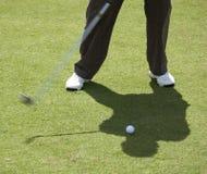 Mann ungefähr, zum des Golfballs zu schlagen Lizenzfreies Stockbild