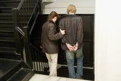 Mann unter Anhalten in handcuffs_2 Stockfotos
