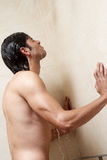 Mann unter der Dusche Stockbild