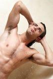 Mann unter der Dusche Lizenzfreies Stockfoto