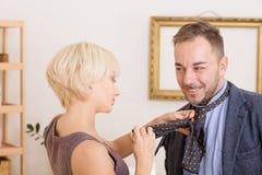 Mann unter Druck seiner Frau Stockfotos