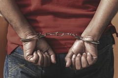 Mann unter Festnahme, kriminelles Scence des Mannes werden mit Handcuf gefasst lizenzfreie stockfotografie