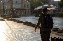 Mann unter Regen stockfotos