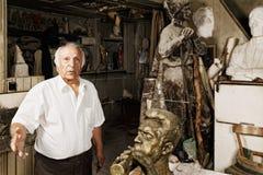 Mann unter Skulpturen Stockfotografie