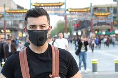 Mann unter Verwendung der Verschmutzungsmaske in Asien lizenzfreie stockfotos
