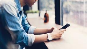 Mann unter Verwendung des Smartphone, während der Freizeit Das Konzept der Anwendung des Telefons ist im Alltagsleben wesentlich stockfotografie