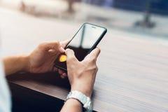 Mann unter Verwendung des Smartphone, während der Freizeit Das Konzept der Anwendung des Telefons ist im Alltagsleben wesentlich lizenzfreies stockfoto