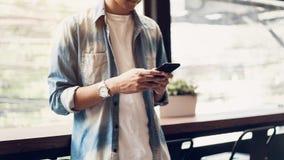Mann unter Verwendung des Smartphone, während der Freizeit Das Konzept der Anwendung des Telefons ist im Alltagsleben wesentlich stockbilder