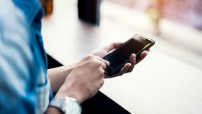 Mann unter Verwendung des Smartphone, während der Freizeit Das Konzept der Anwendung des Telefons ist im Alltagsleben wesentlich stockfotos
