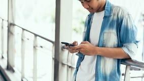 Mann unter Verwendung des Smartphone, während der Freizeit Das Konzept der Anwendung des Telefons ist im Alltagsleben wesentlich lizenzfreie stockfotos