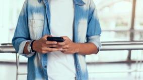 Mann unter Verwendung des Smartphone, während der Freizeit Das Konzept der Anwendung des Telefons ist im Alltagsleben wesentlich lizenzfreies stockbild