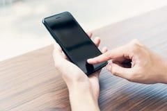Mann unter Verwendung des Smartphone, w?hrend der Freizeit Das Konzept der Anwendung des Telefons ist im Alltagsleben wesentlich lizenzfreies stockbild