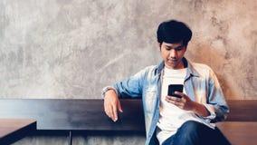 Mann unter Verwendung des Smartphone, w?hrend der Freizeit Das Konzept der Anwendung des Telefons ist im Alltagsleben wesentlich lizenzfreie stockfotos