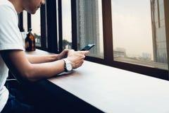 Mann unter Verwendung des Smartphone, w?hrend der Freizeit Das Konzept der Anwendung des Telefons ist im Alltagsleben wesentlich lizenzfreies stockfoto