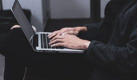 Mann unter Verwendung Laptop-Computer Suchens stockfoto