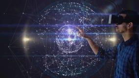 Mann unter Verwendung VR mit spinnender Kugel stock video