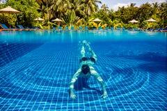 Mann unter Wasser in einem Swimmingpool lizenzfreies stockbild