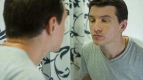 Mann unzufrieden gemacht mit seiner Haut stock video