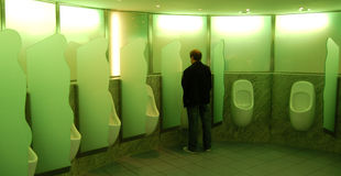 Mann am Urinal stockfotografie
