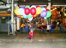 Mann verkauft Ballone in Straße Khao San Lizenzfreies Stockfoto
