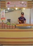 Mann verkauft Bonbons in Bangkok, Thailand Stockbild