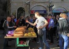 Mann verkauft das Brot, das in der alten Stadt von Jerusalem, Israel im Freien ist Lizenzfreies Stockbild